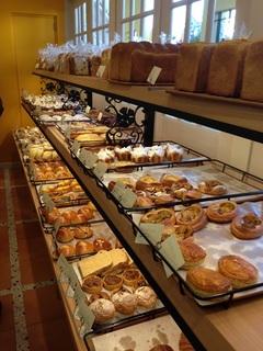 パンの種類が多い店内 1