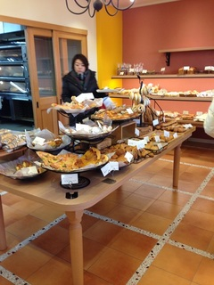 パンの種類が多い店内 2